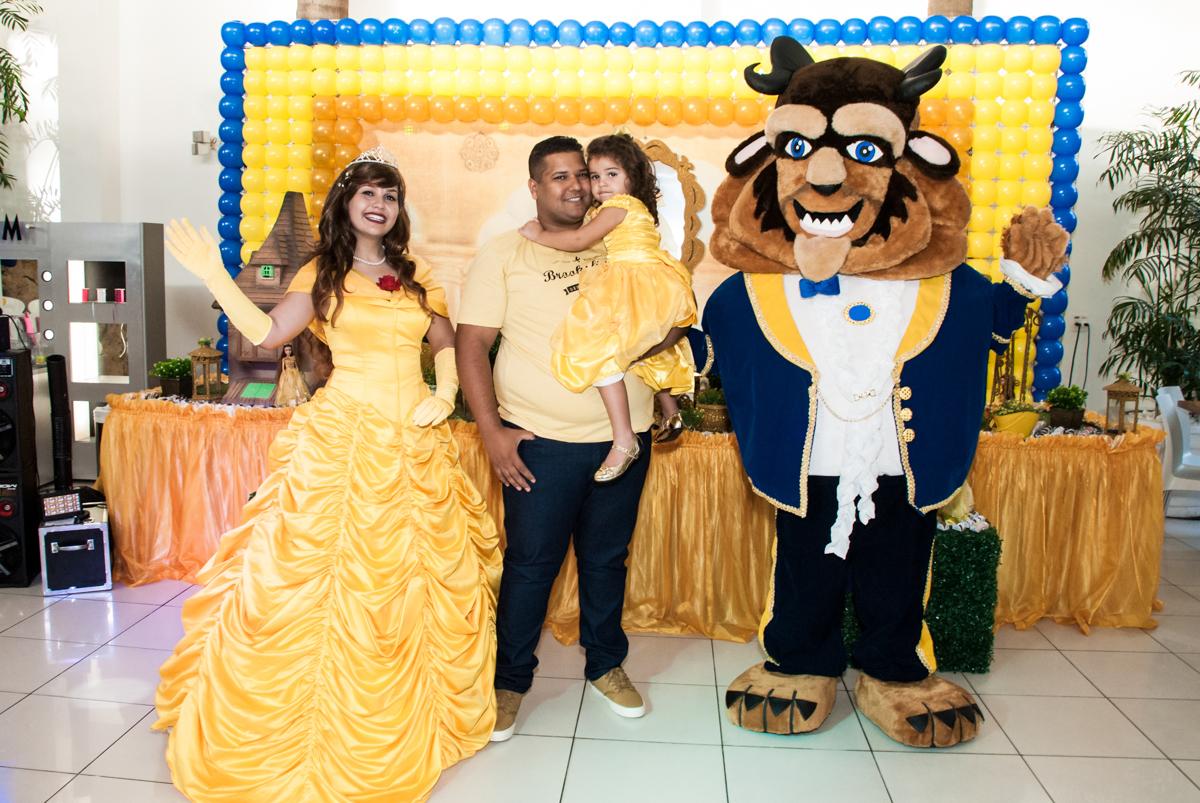 encontro da aniversariante com a bela e a feta no Buffet Comics, Morumbi, São Paulo, aniversário Isabella 3 anos, tema da festa a Bela e a Fera