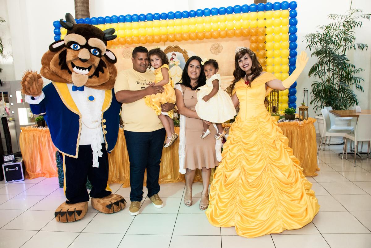fotografia da familia na mesa tematica no papai chega com a aniversariante para a festa no Buffet Comics, Morumbi, São Paulo, aniversário Isabella 3 anos, tema da festa a Bela  e a Fera