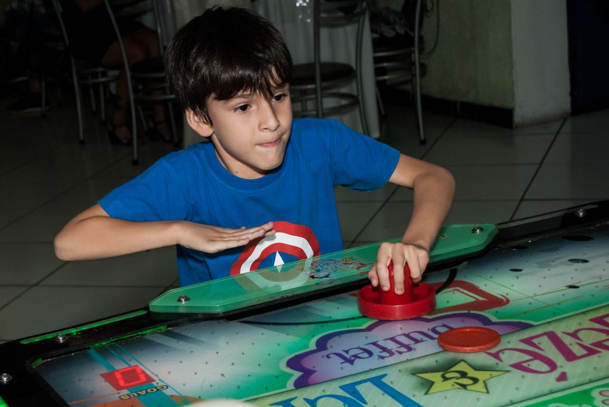 jogo de futebol de mesa no Buffet Zezé e Lelé, Butantã, São Paulo, aniversário, Pedro 7 e Giovana 5 anos tema da festa Pokemon e Princesas