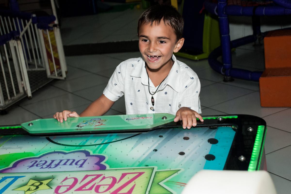 adversário no jogo de futebol no Buffet Zezé e Lelé, Butantã, São Paulo, aniversário, Pedro 7 e Giovana 5 anos tema da festa Pokemon e Princesas
