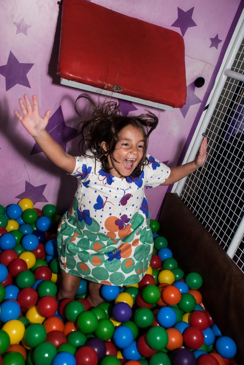 caindo na piscina de bolinhas no Buffet Zezé e Lelé, Butantã, São Paulo, aniversário, Pedro 7 e Giovana 5 anos tema da festa Pokemon e Princesas