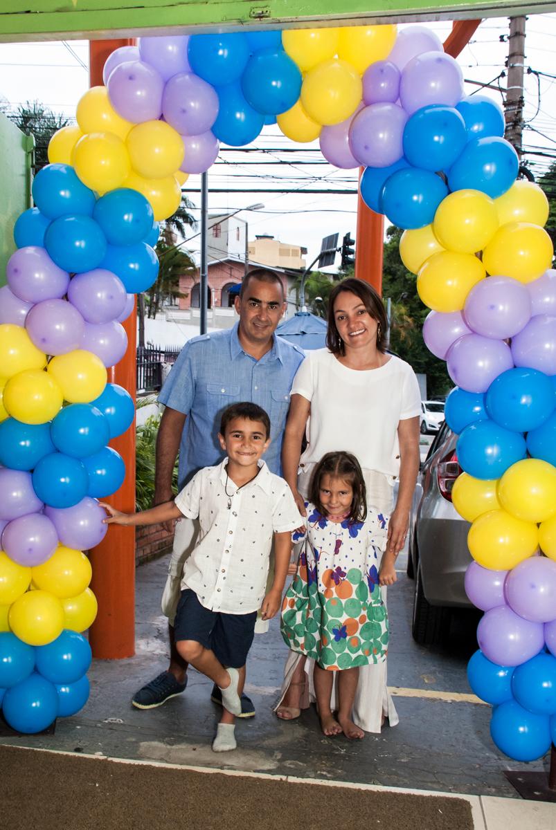 entrada da família na festa noBuffet Zezé e Lelé, Butantã, São Paulo, aniversário, Pedro 7 e Giovana 5 anos tema da festa Pokemon e Princesas