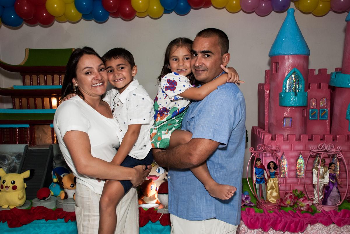fotografia da família no Buffet Zezé e Lelé, Butantã, São Paulo, aniversário, Pedro 7 e Giovana 5 anos tema da festa Pokemon e Princesas
