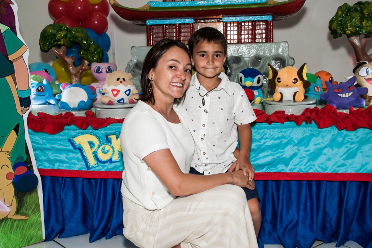 foto mãe e filho no Buffet Zezé e Lelé, Butantã, São Paulo, aniversário, Pedro 7 e Giovana 5 anos tema da festa Pokemon e Princesas