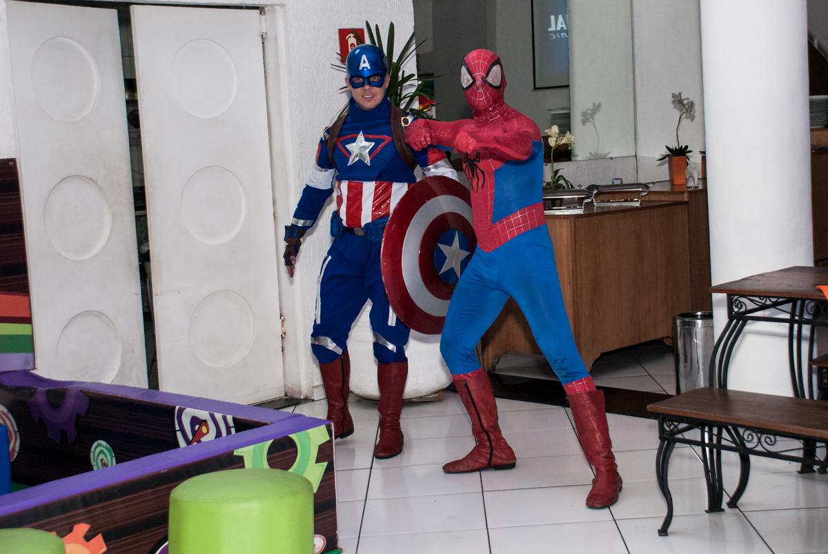 chegada dos super heróis no Buffet Fábrica da Alegria, Morumbi, São Paulo, aniversário de Pedro 4 anos, tema da festa os vingadores