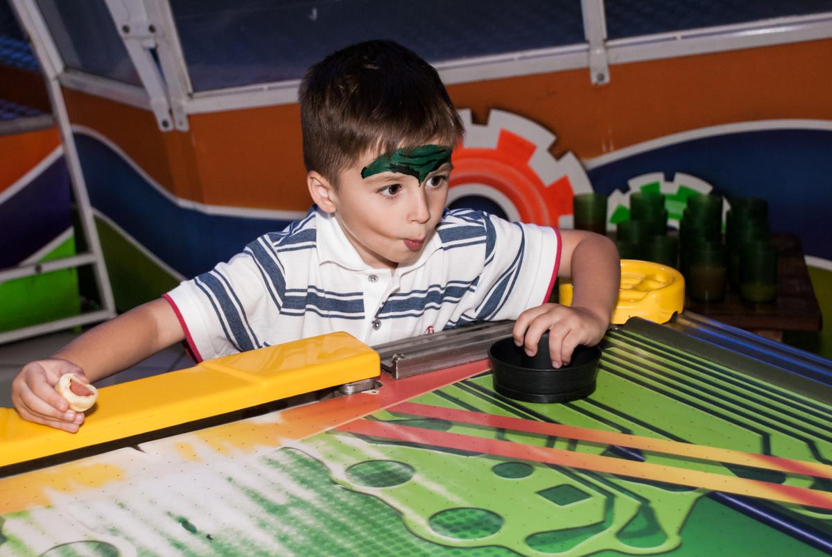 jogo de futebol de mesa divertido noBuffet Fábrica da Alegria, Morumbi, São Paulo, aniversário de Pedro 4 anos, tema da festa os vingadores