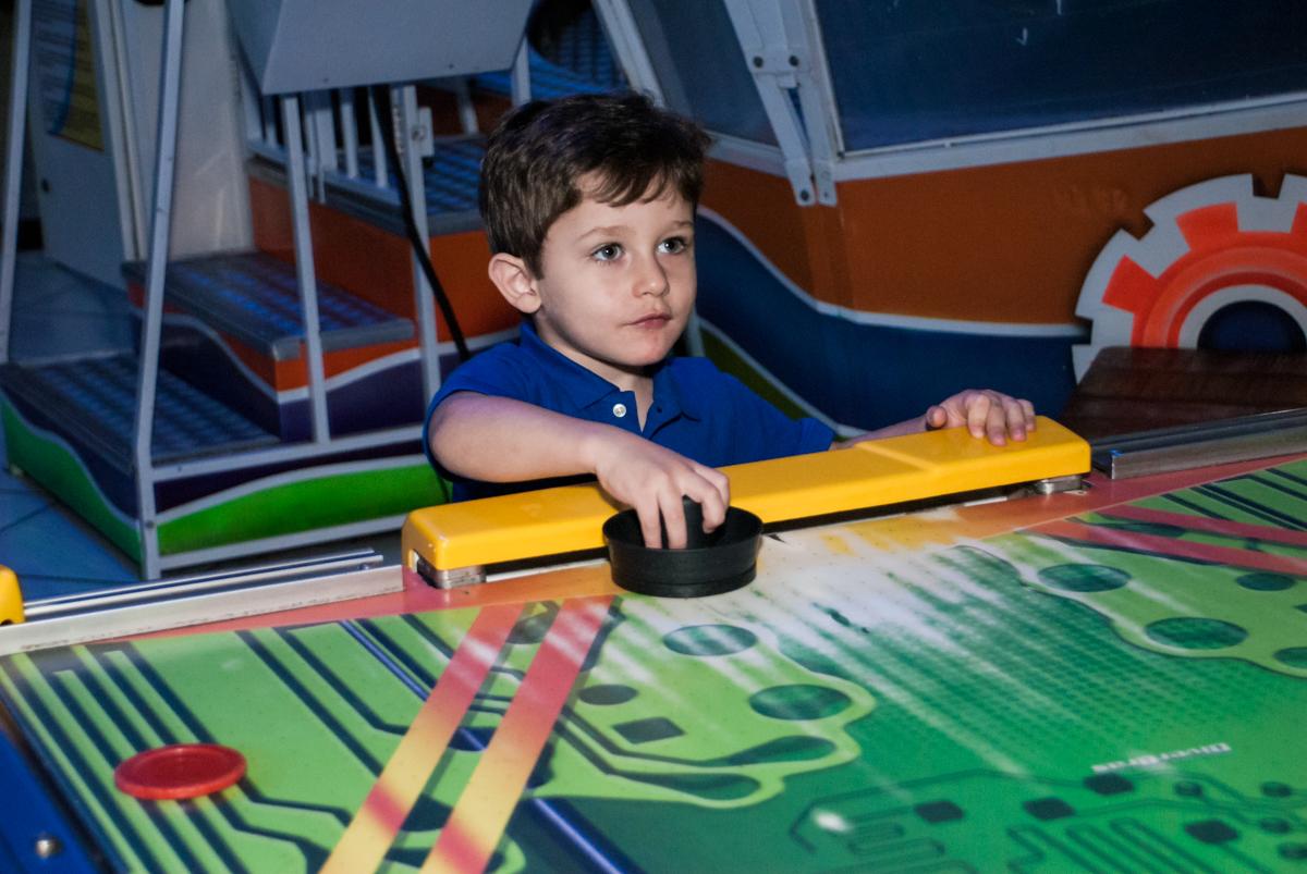 adversário no futebol no Buffet Fábrica da Alegria, Morumbi, São Paulo, aniversário de Pedro 4 anos, tema da festa os vingadores