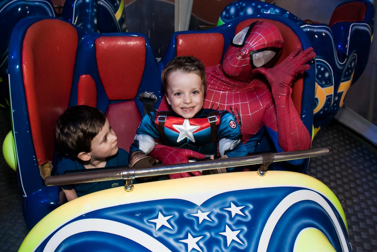 diversão no brinquedo jornada nas estrelas no Buffet Fábrica da Alegria, Morumbi, São Paulo, aniversário de Pedro 4 anos, tema da festa os vingadores