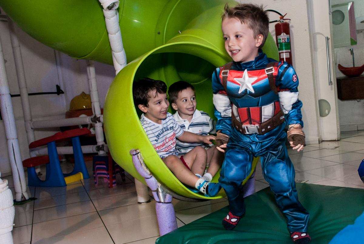 descida em grupo no escorregador no Buffet Fábrica da Alegria, Morumbi, São Paulo, aniversário de Pedro 4 anos, tema da festa os vingadores