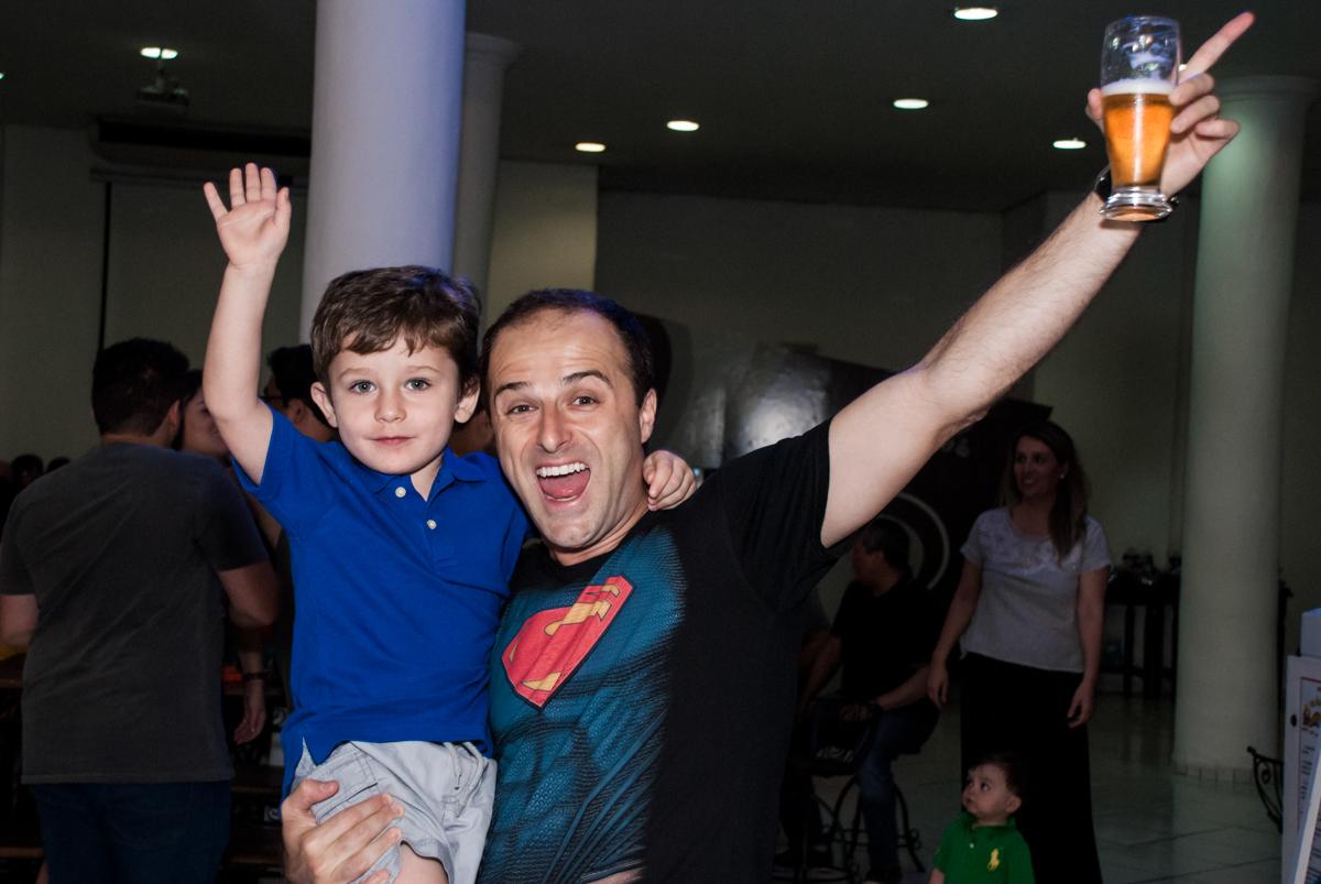 brindando a festa no Buffet Fábrica da Alegria, Morumbi, São Paulo, aniversário de Pedro 4 anos, tema da festa os vingadores