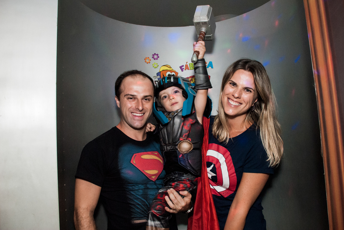 preparando para a hora do parabéns no Buffet Fábrica da Alegria, Morumbi, São Paulo, aniversário de Pedro 4 anos, tema da festa os vingadores