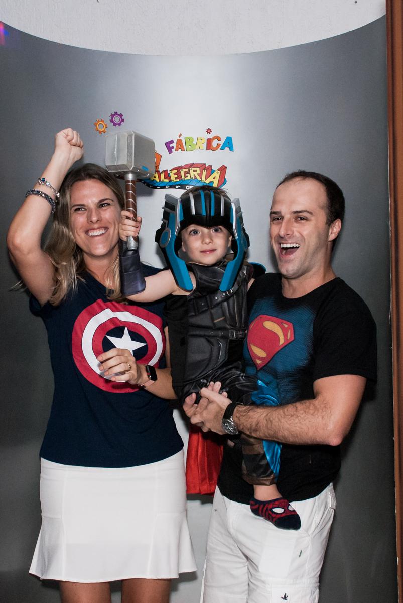 saindo da máquina do parabéns no Buffet Fábrica da Alegria, Morumbi, São Paulo, aniversário de Pedro 4 anos, tema da festa os vingadores