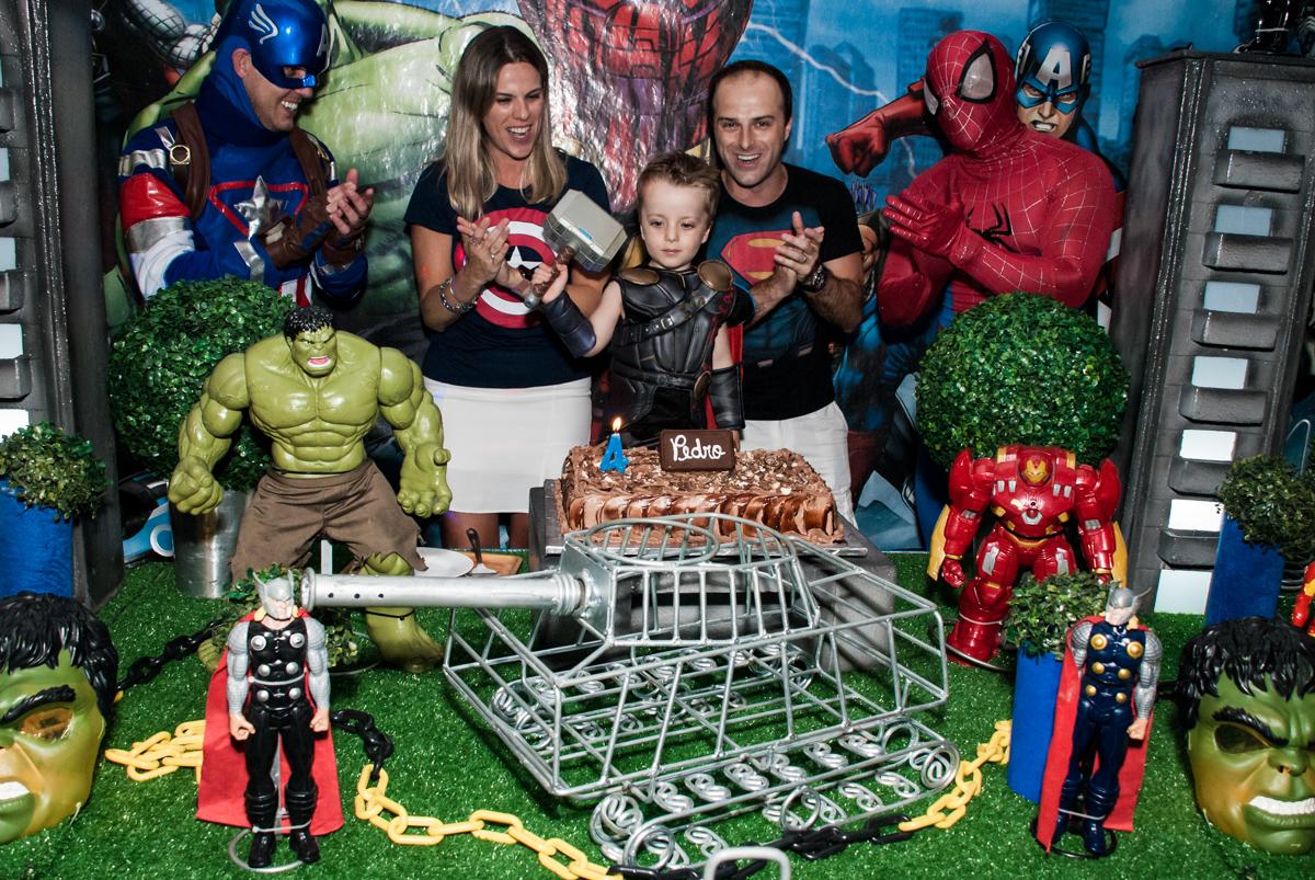 parabéns animado no Buffet Fábrica da Alegria, Morumbi, São Paulo, aniversário de Pedro 4 anos, tema da festa os vingadores