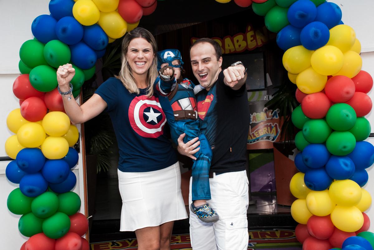 fotografia da família no arco de bexigas no Buffet Fábrica da Alegria, Morumbi, São Paulo, aniversário de Pedro 4 anos, tema da festa os vingadores