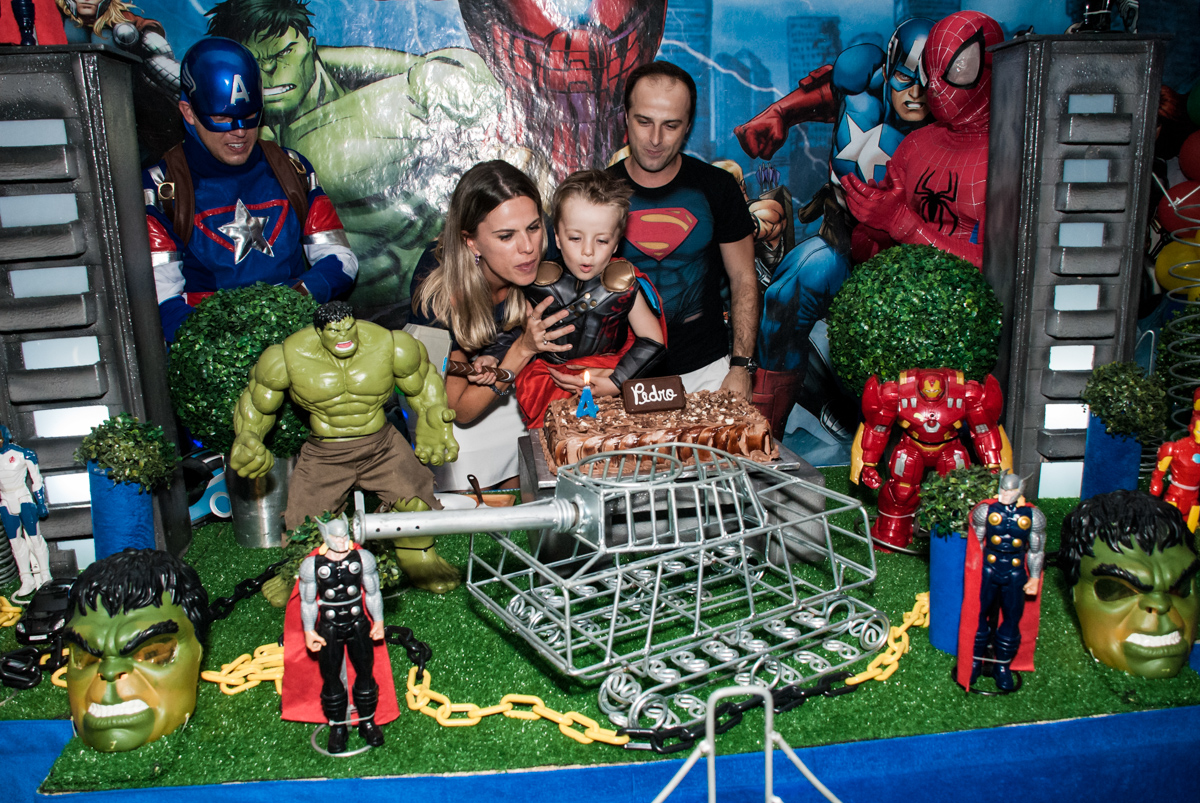 assoprando a vela do bolo no Buffet Fábrica da Alegria, Morumbi, São Paulo, aniversário de Pedro 4 anos, tema da festa os vingadores
