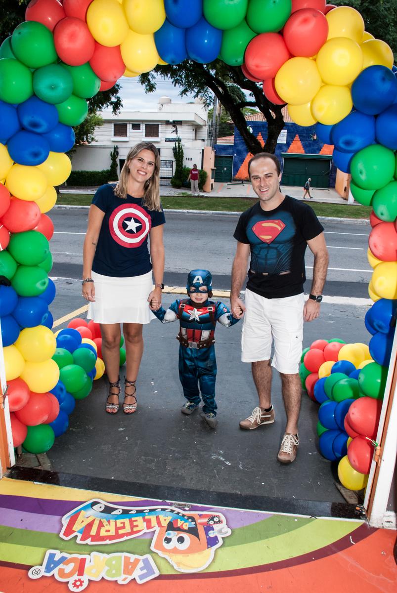 entrada da família para a festa no Buffet Fábrica da Alegria, Morumbi, São Paulo, aniversário de Pedro 4 anos, tema da festa os vingadores
