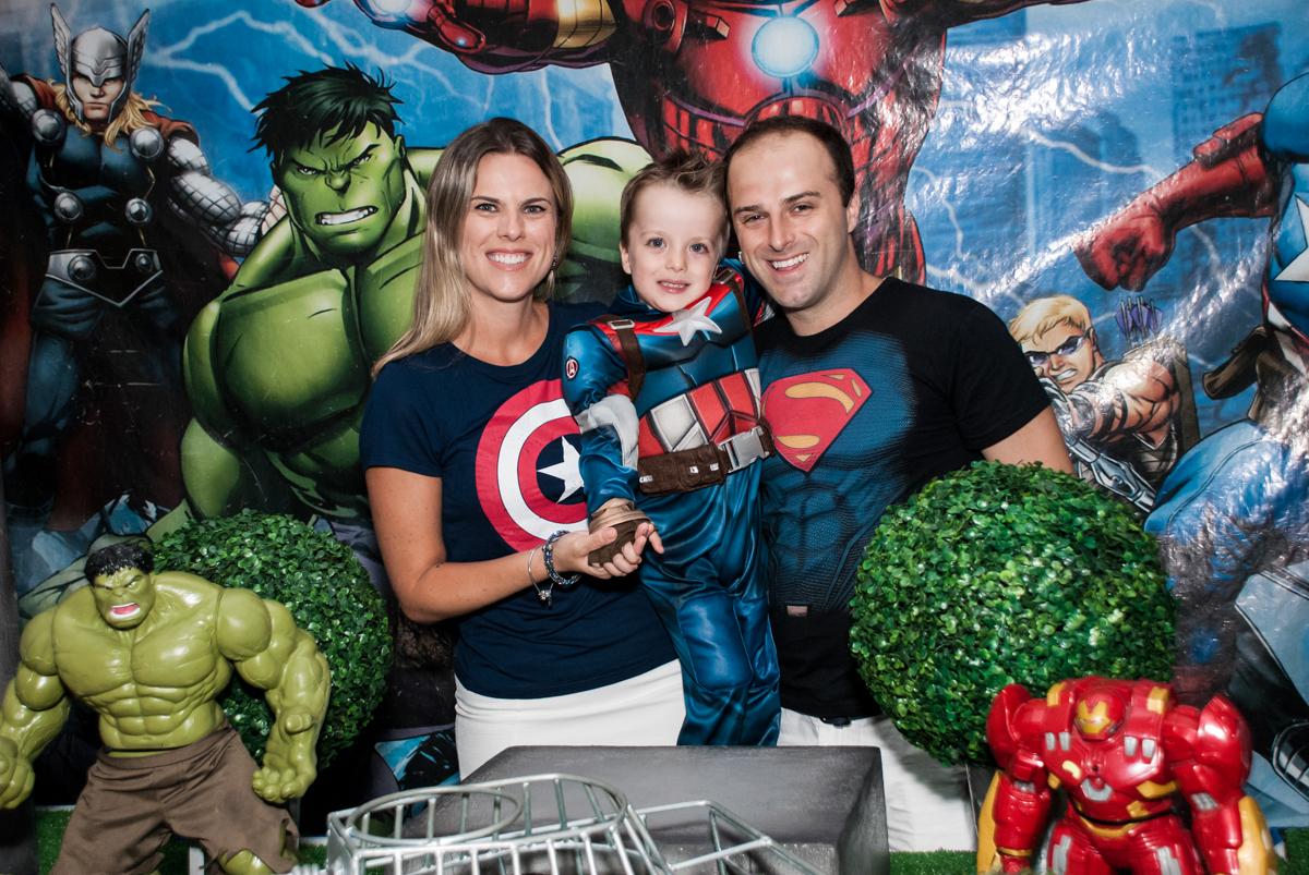 felizes com a festa no Buffet Fábrica da Alegria, Morumbi, São Paulo, aniversário de Pedro 4 anos, tema da festa os vingadores