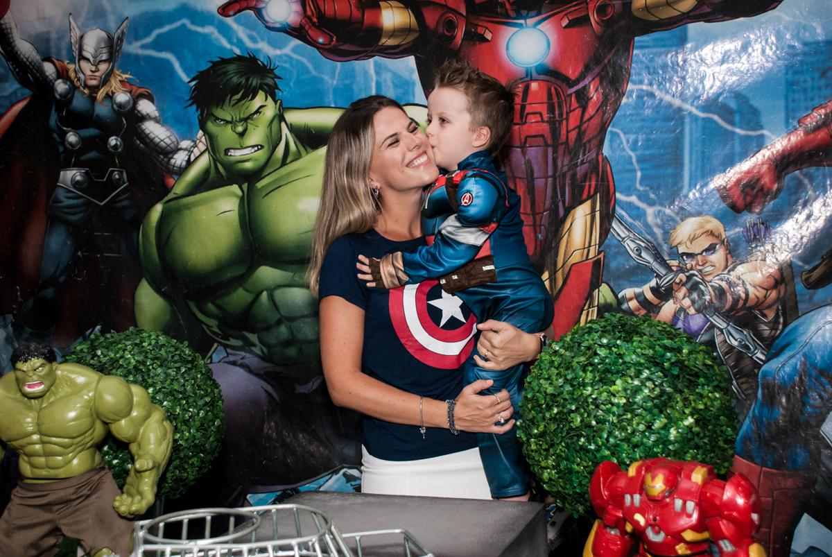 beijo do aniversariante em sua mãe no Buffet Fábrica da Alegria, Morumbi, São Paulo, aniversário de Pedro 4 anos, tema da festa os vingadores