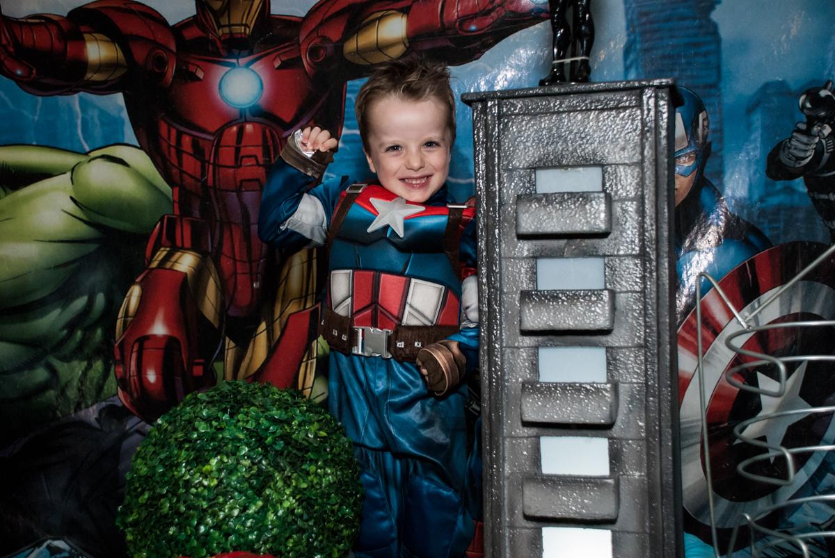 posando para a foto no Buffet Fábrica da Alegria, Morumbi, São Paulo, aniversário de Pedro 4 anos, tema da festa os vingadores