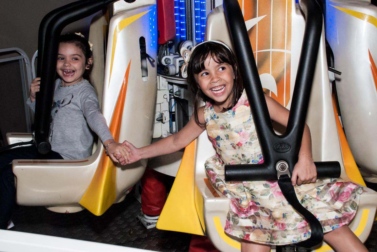 brincadeira divertida no brinquedo elevador no Buffet Planeta Prime, São Paulo, aniversário de Malu 5 anos, tema da festa Miráculos