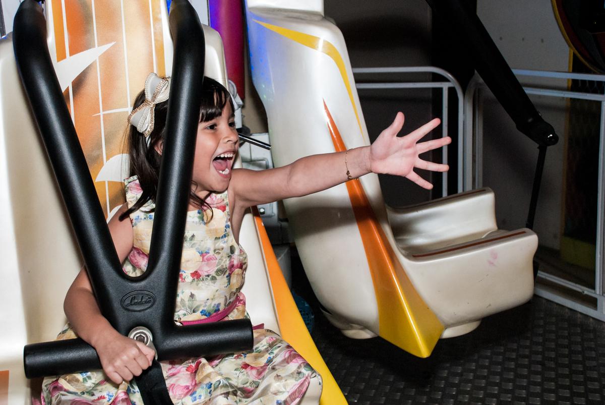 muita alegria no brinquedo elevador no Buffet Planeta Prime, São Paulo, aniversário de Malu 5 anos, tema da festa Miráculos