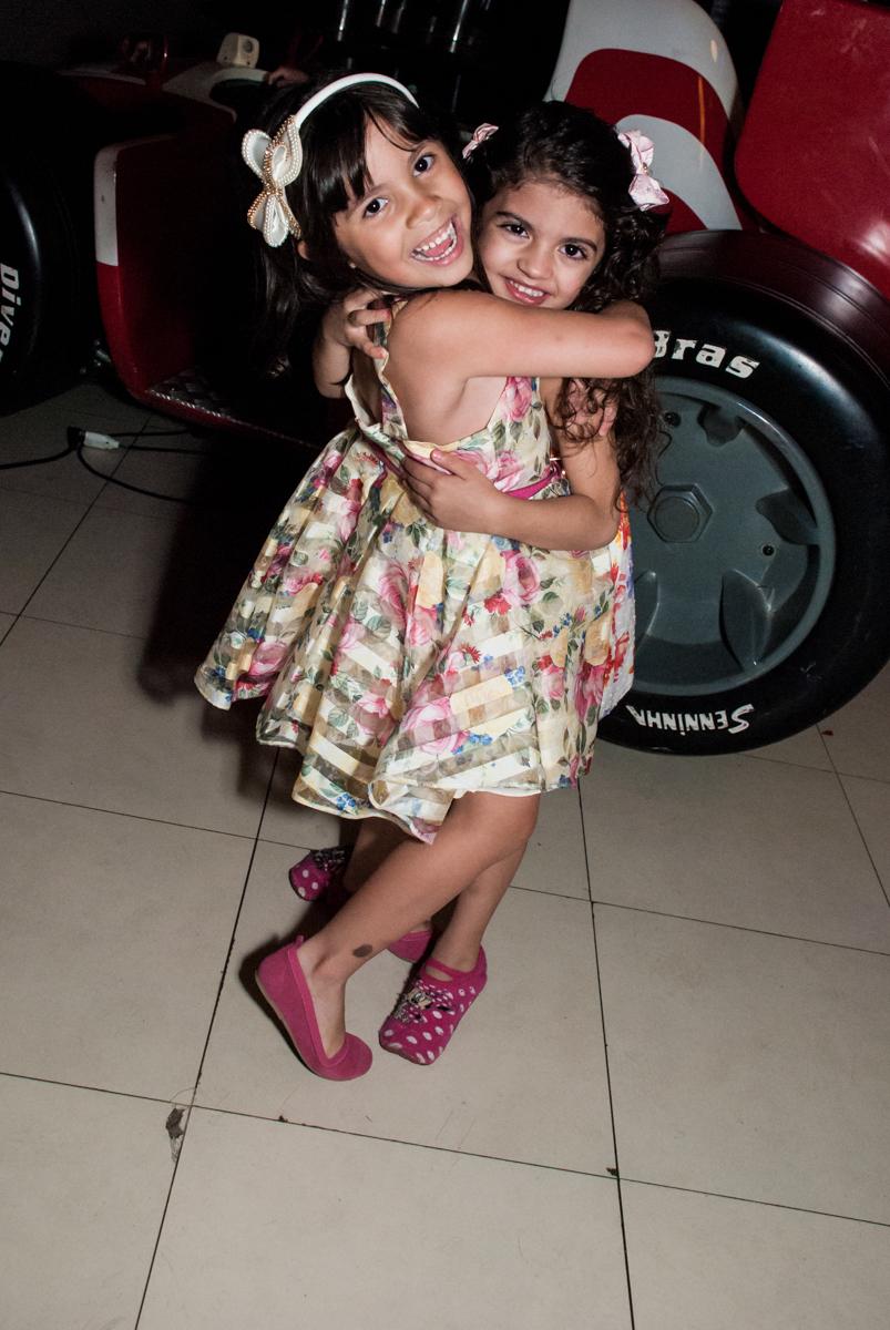 recebendo a amiga para sua festa no Buffet Planeta Prime, São Paulo, aniversário de Malu 5 anos, tema da festa Miráculos
