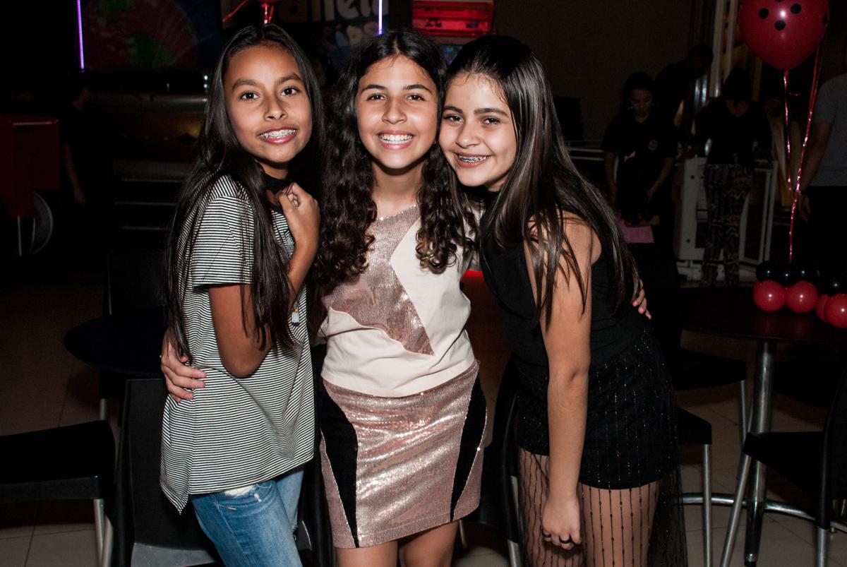 foto com as amigas no Buffet Planeta Prime, São Paulo, aniversário de Malu 5 anos, tema da festa Miráculos