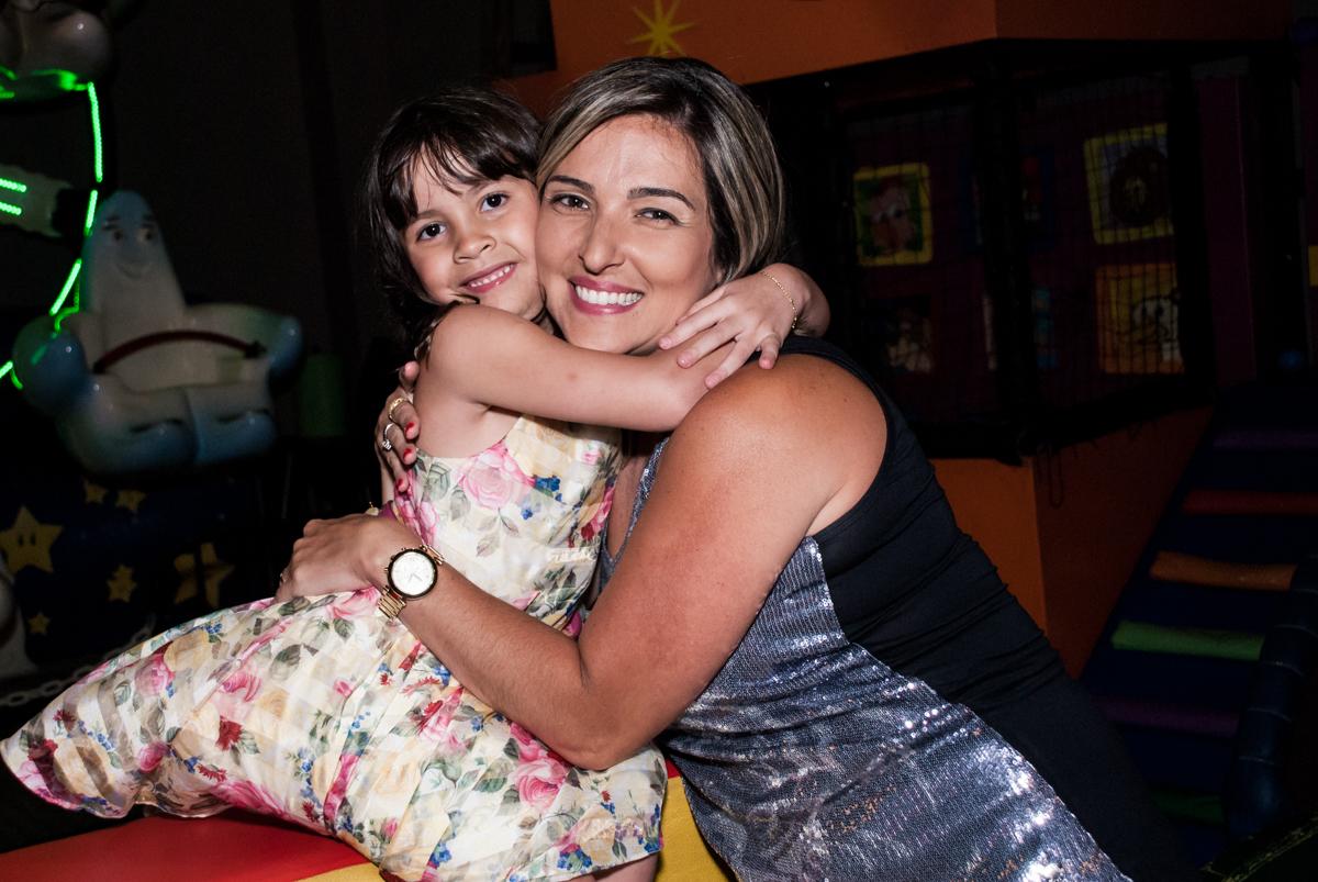abraço da madrinha no Buffet Planeta Prime, São Paulo, aniversário de Malu 5 anos, tema da festa Miráculos