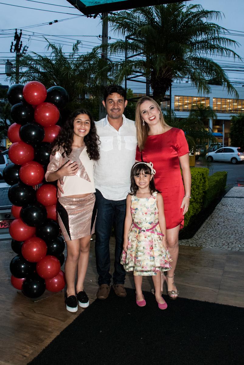 fotografia da família no arco de berxigas no Buffet Planeta Prime, São Paulo, aniversário de Malu 5 anos, tema da festa Miráculos