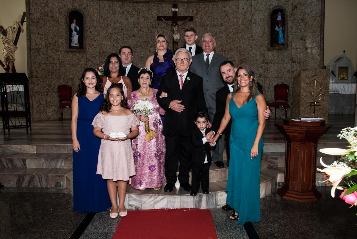 fotografia de toda família na Bodas de Ouro Maria Luiza e José Rodrigues, igreja Santa Ângela e São Serapio, Ipiranga