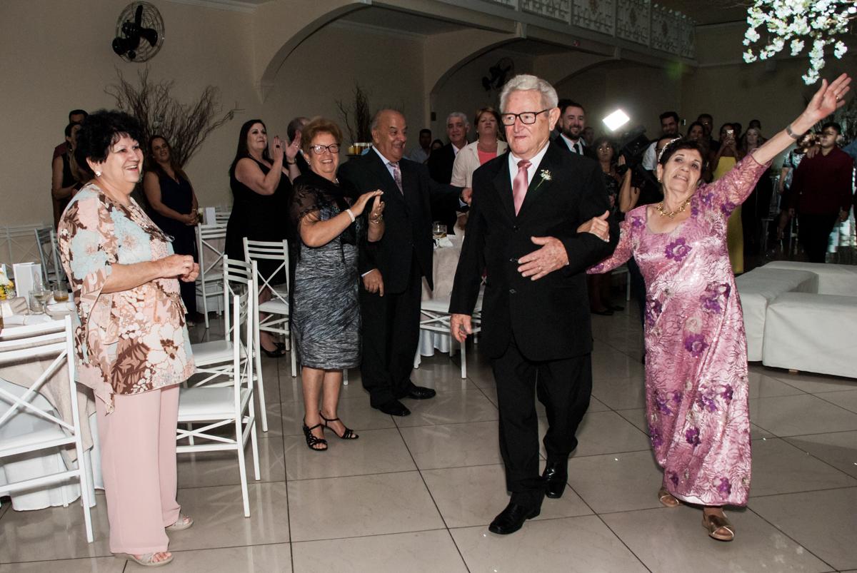 amigos recebem os noivos na festa na Bodas de Ouro Maria Luiza e José Rodrigues, igreja Santa Ângela e São Serapio, Ipiranga