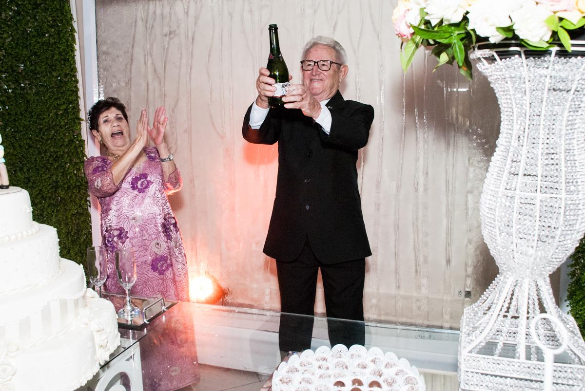 abrindo o champanhe na Bodas de Ouro Maria Luiza e José Rodrigues, igreja Santa Ângela e São Serapio, Ipiranga