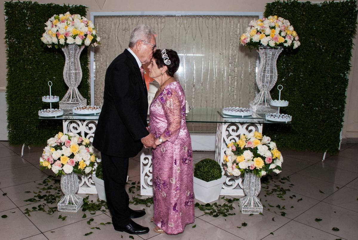 beijo dos noivos na Bodas de Ouro Maria Luiza e José Rodrigues, igreja Santa Ângela e São Serapio, Ipiranga
