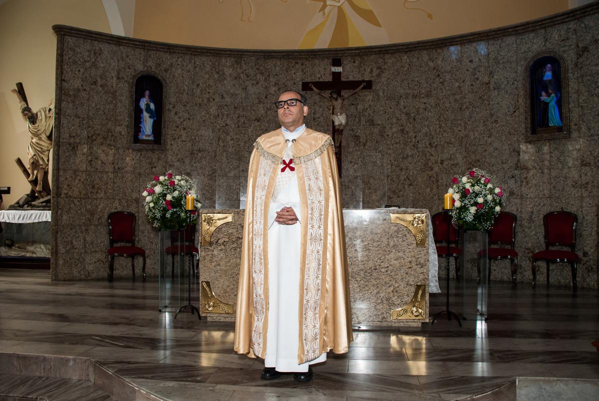padre espera os noivos na Bodas de Ouro Maria Luiza e José Rodrigues, igreja Santa Ângela e São Serapio, Ipiranga