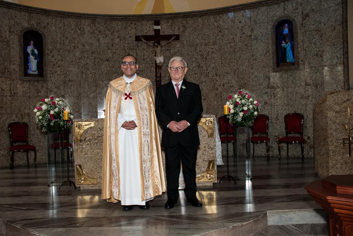 padre e noivo espera a noiva no Bodas de Ouro Maria Luiza e José Rodrigues, igreja Santa Ângela e São Serapio, Ipiranga