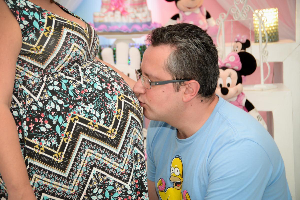 beijo na barriga da mamãe no Buffet Fábrica da Alegria, cha de bebe de Andrea