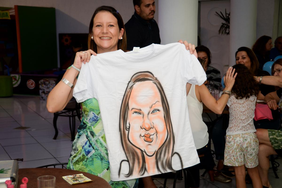 exibindo a camiseta pintada na hora no Buffet Fábrica da Alegria, cha de bebe de Andrea