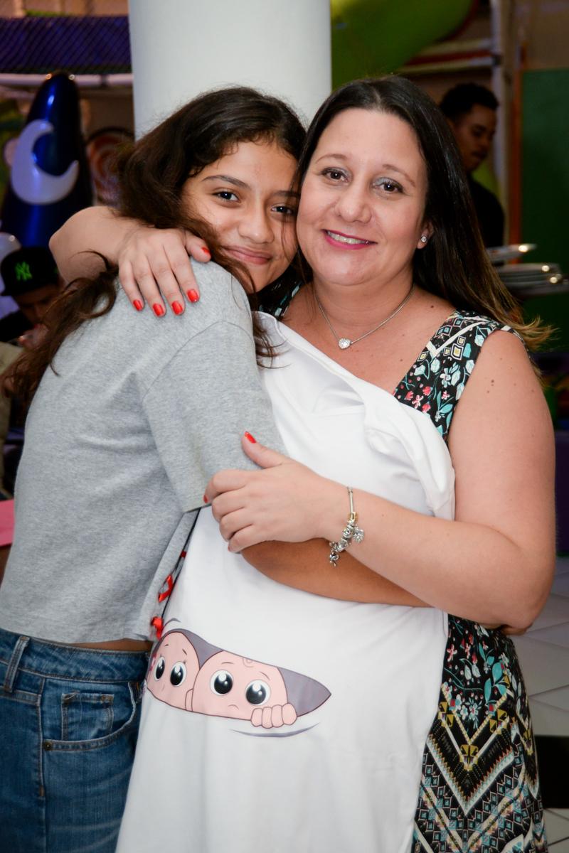 abraço da amiga no Buffet Fábrica da Alegria, cha de bebe de Andrea