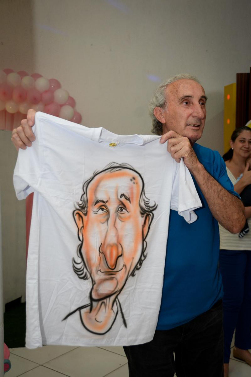 a cara do vovô estampada na camiseta no Buffet Fábrica da Alegria, cha de bebe de Andrea