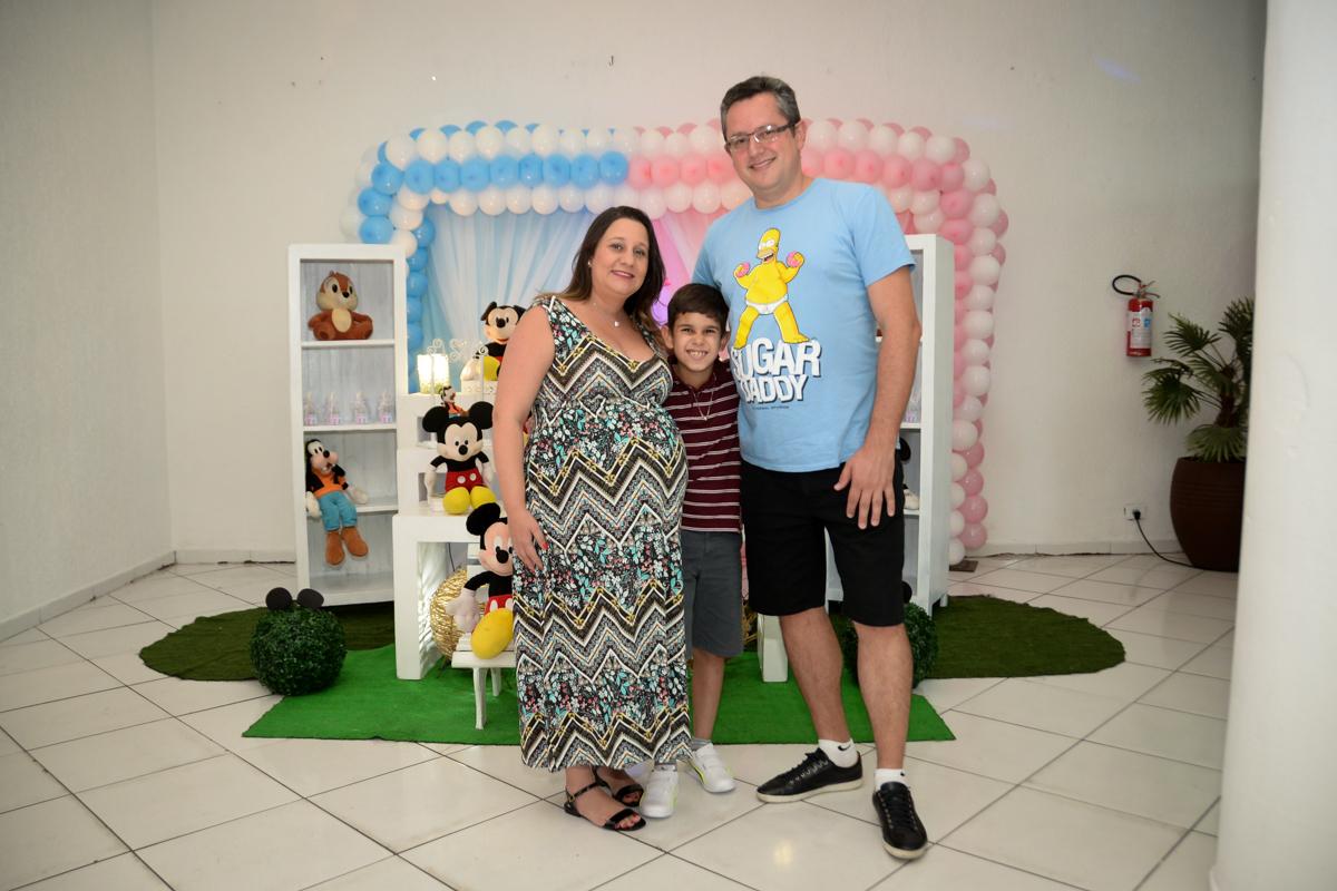 foto da família na mesa decorada no Buffet Fábrica da Alegria, cha de bebe de Andrea