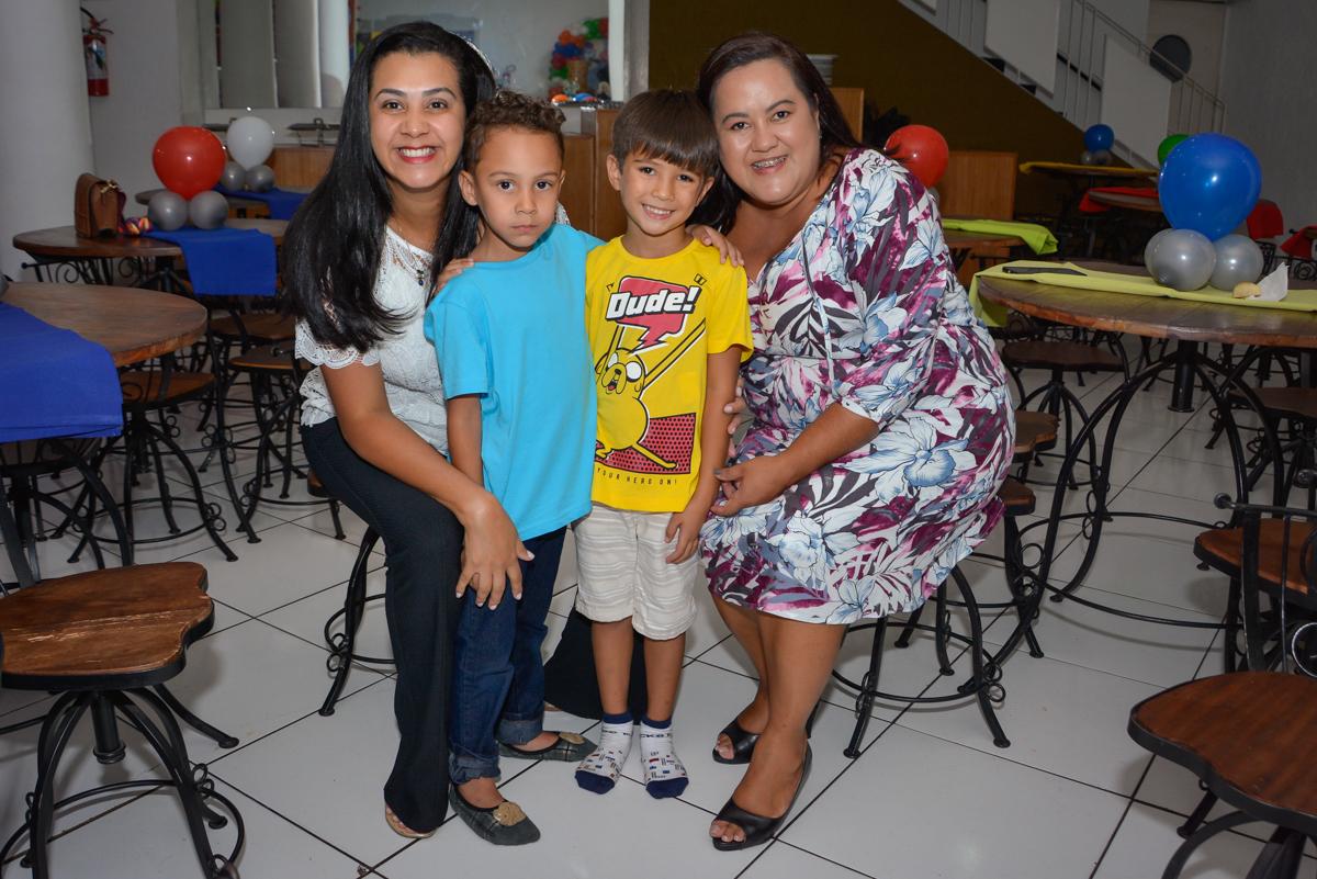 foto com as crianças no Buffet Fábrica da Alegria Morumbi São Paulo, aniversário de Henrique 6 anos tema da festa Dragon Bol Z