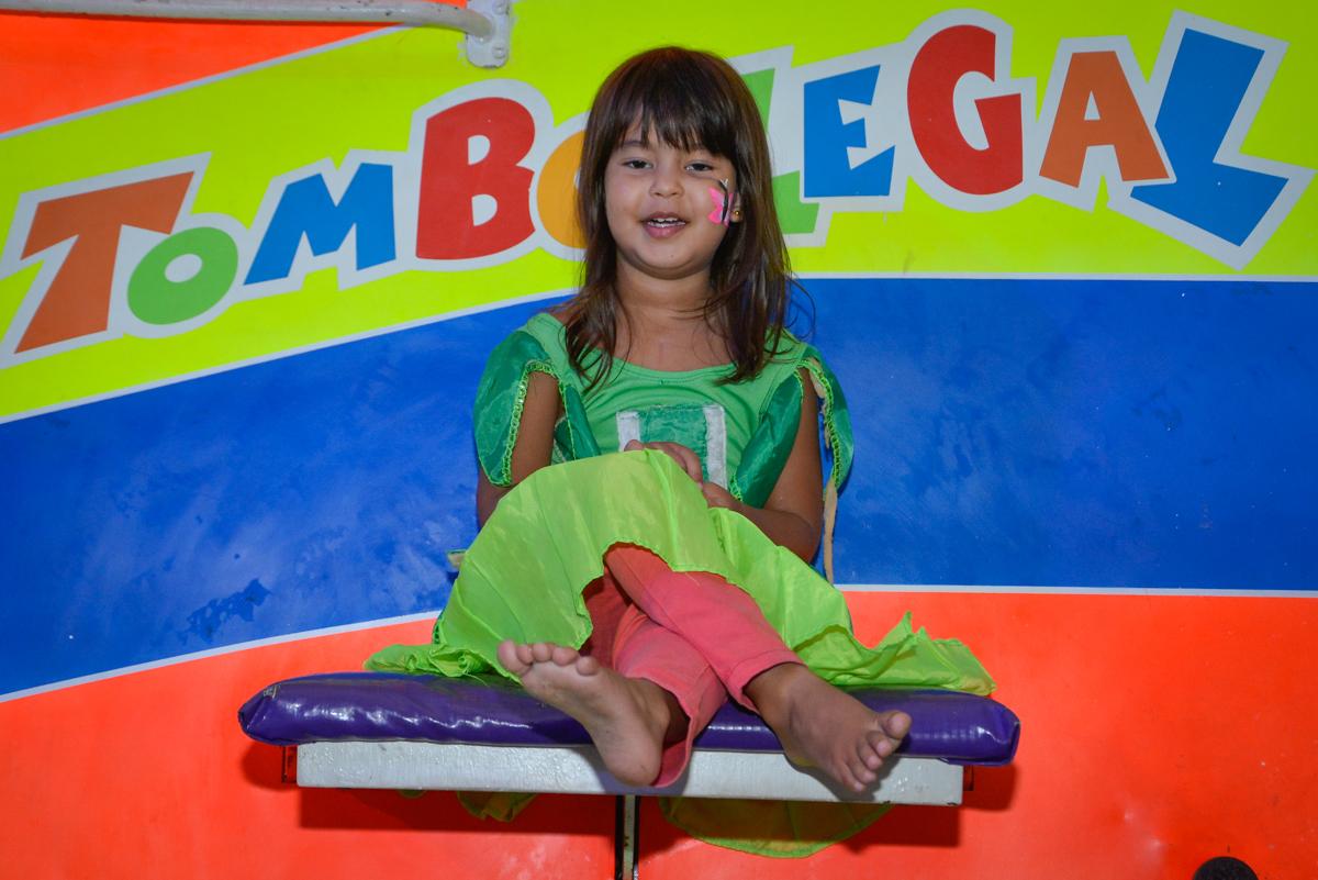 A amiga também brinca no tombo legal no Buffet Fábrica da Alegria Morumbi São Paulo, aniversário de Henrique 6 anos tema da festa Dragon Bol Z