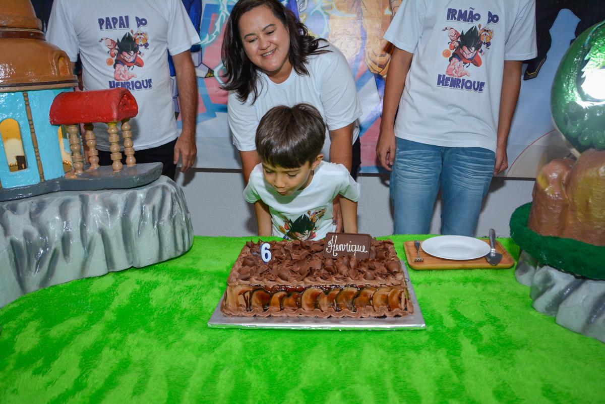 soprando a vela do bolo no Buffet Fábrica da Alegria Morumbi São Paulo, aniversário de Henrique 6 anos tema da festa Dragon Bol Z