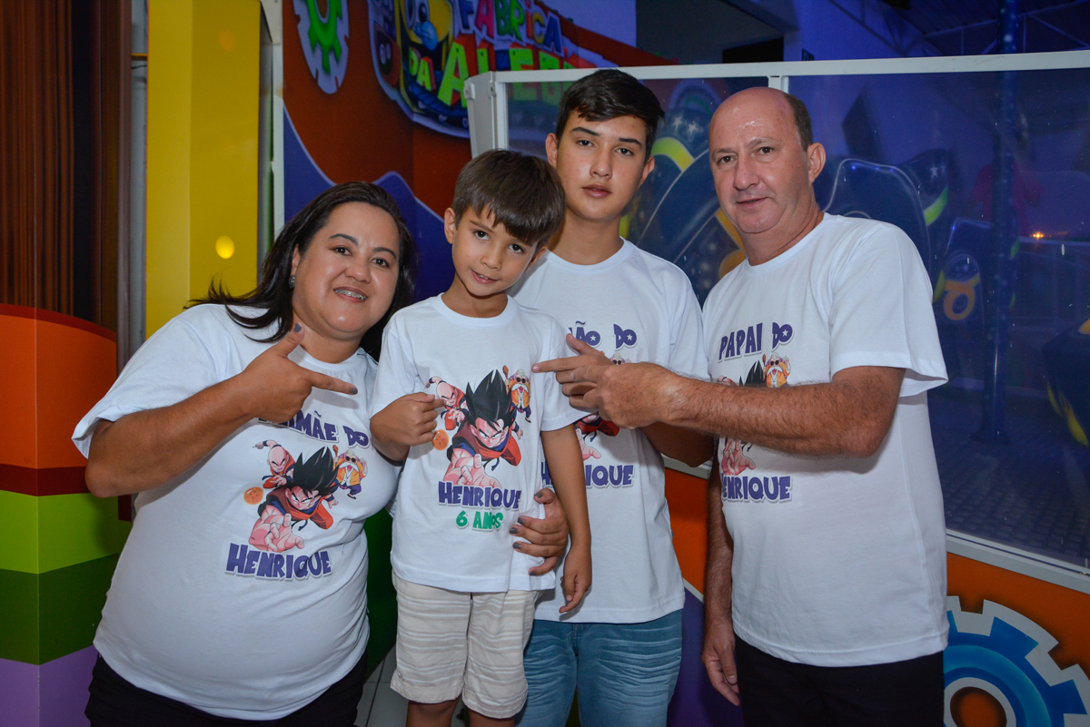 foto da família no Buffet Fábrica da Alegria Morumbi São Paulo, aniversário de Henrique 6 anos tema da festa Dragon Bol Z