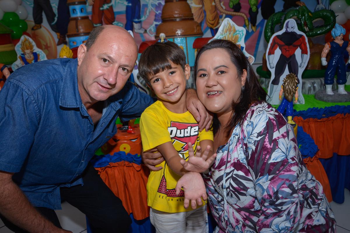 fotografia da família no Buffet Fábrica da Alegria Morumbi São Paulo, aniversário de Henrique 6 anos tema da festa Dragon Bol Z