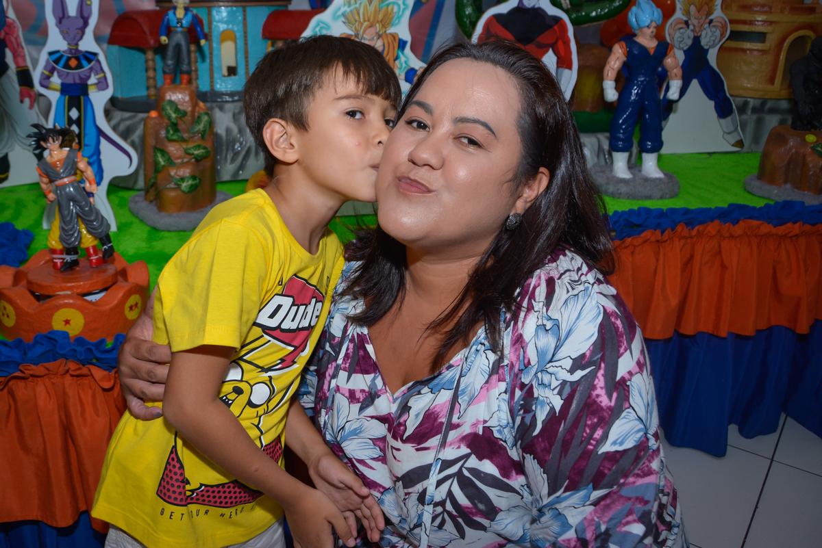 Beijo da mamãe no Buffet Fábrica da Alegria Morumbi São Paulo, aniversário de Henrique 6 anos tema da festa Dragon Bol Z