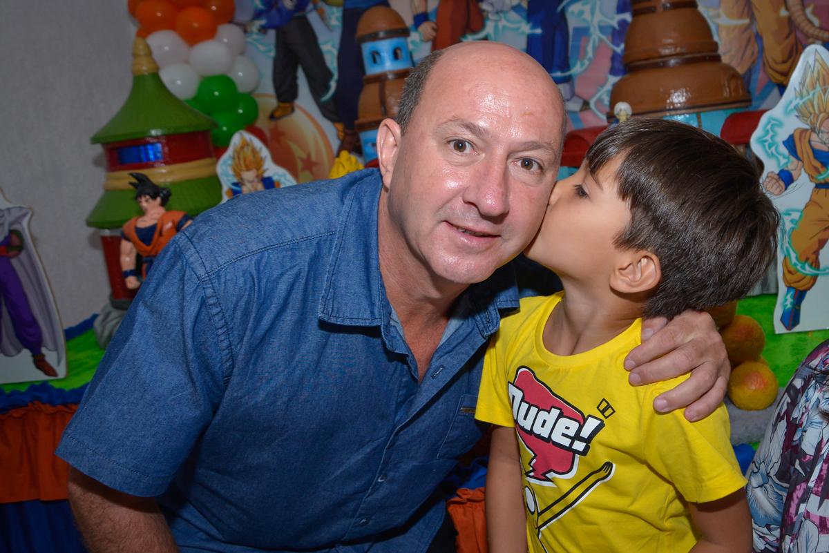 beijo do papai no Buffet Fábrica da Alegria Morumbi São Paulo, aniversário de Henrique 6 anos tema da festa Dragon Bol Z