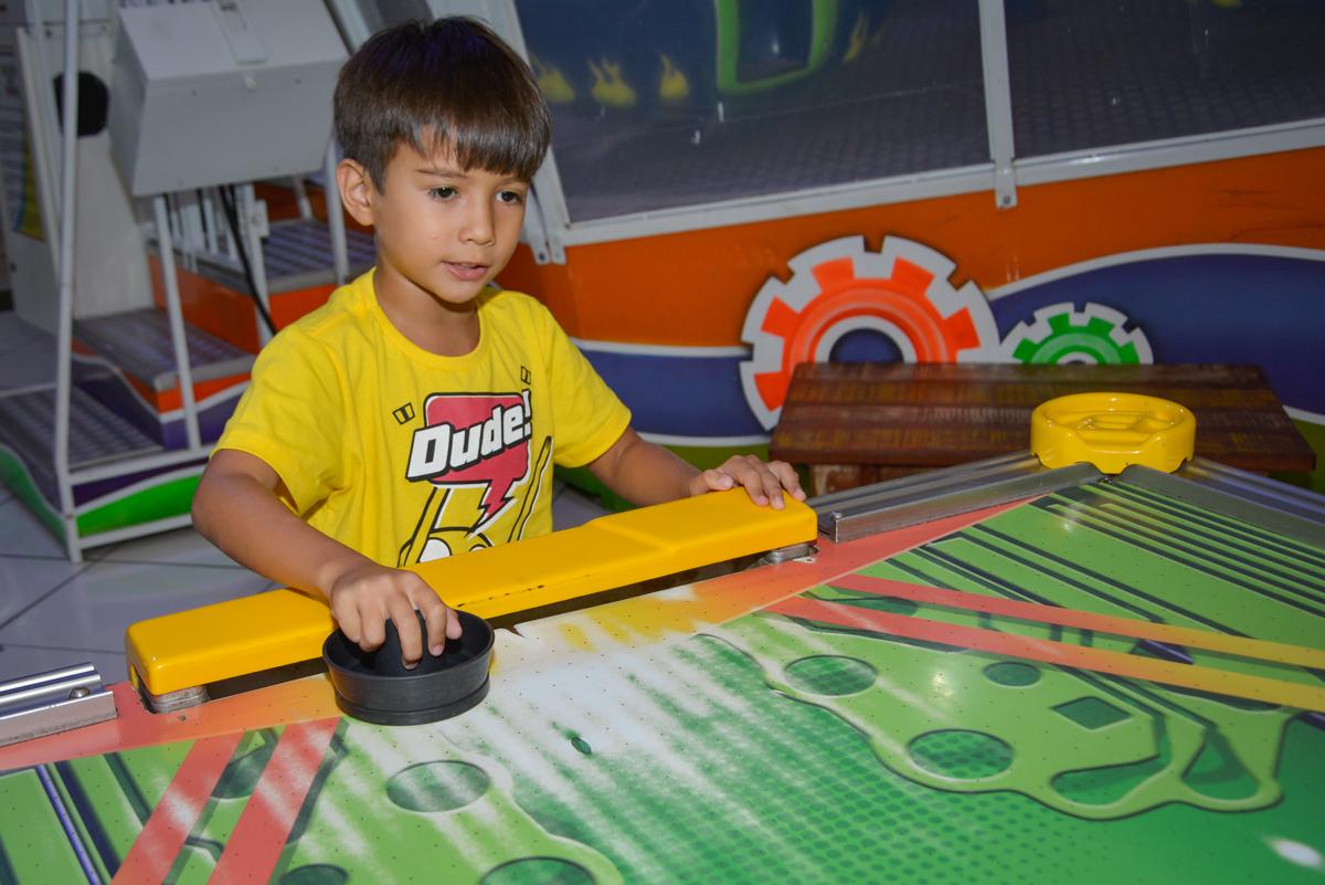 jogando futebol de mesa no Buffet Fábrica da Alegria Morumbi São Paulo, aniversário de Henrique 6 anos tema da festa Dragon Bol Z