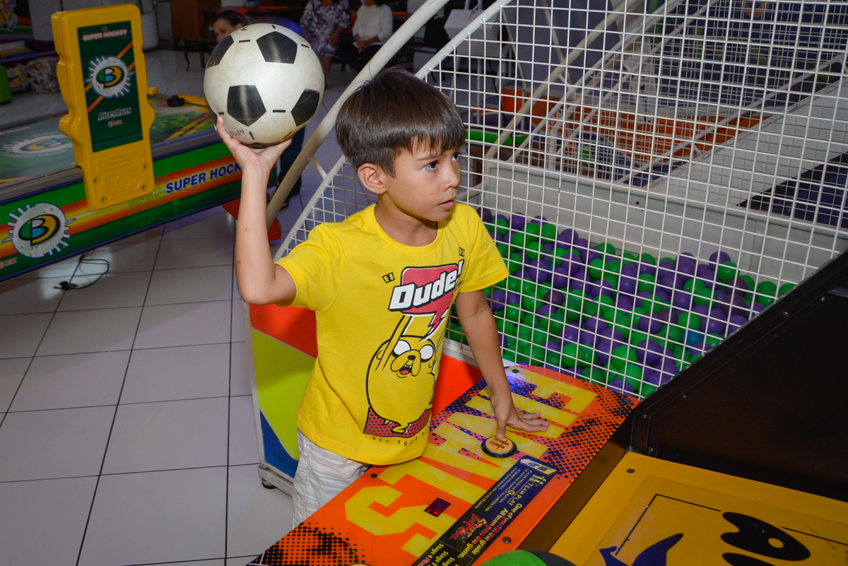jogo de basquete no Buffet Fábrica da Alegria Morumbi São Paulo, aniversário de Henrique 6 anos tema da festa Dragon Bol Z
