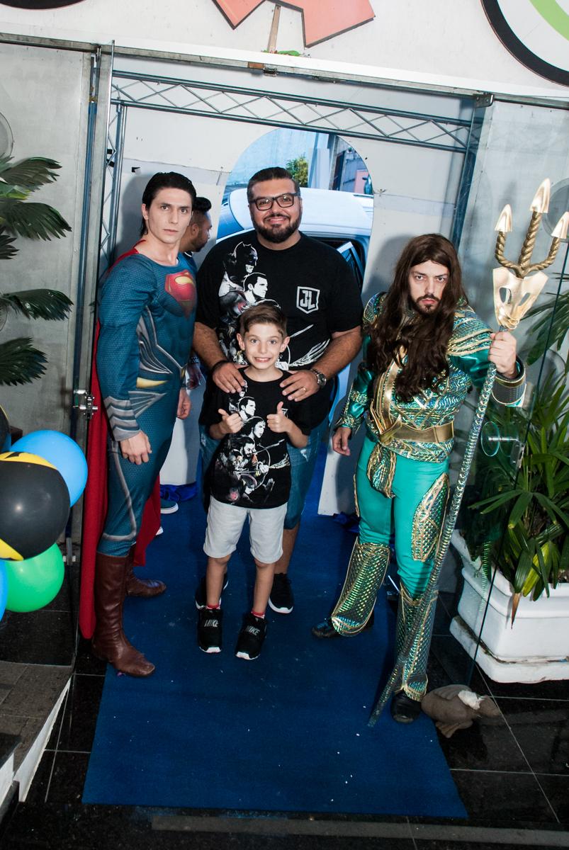 família entra no Buffet Fábrica da Alegria, Osasco, São Paulo, aniversário de Matheus 9 anos tema da festa Super Heróis